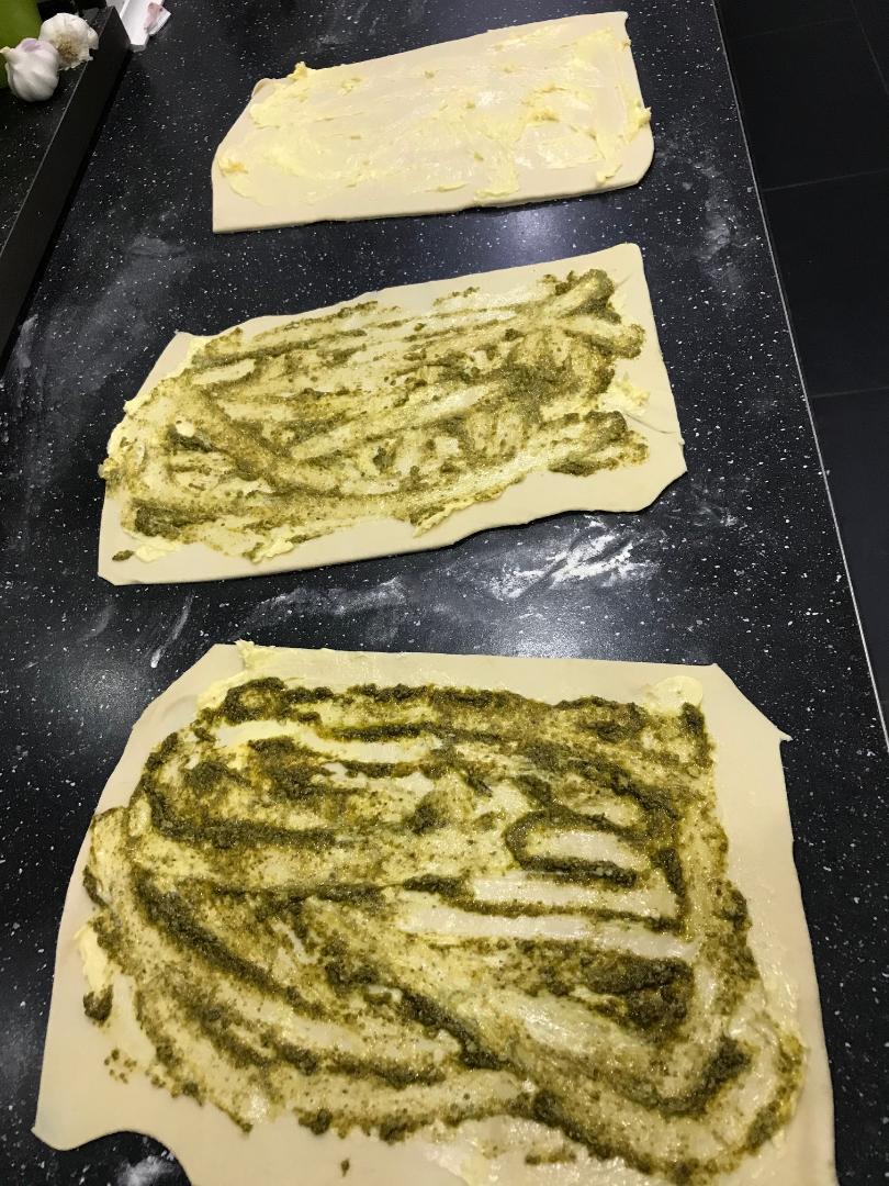 Hvidløg og pesto brød lavet af rest dej til pizza