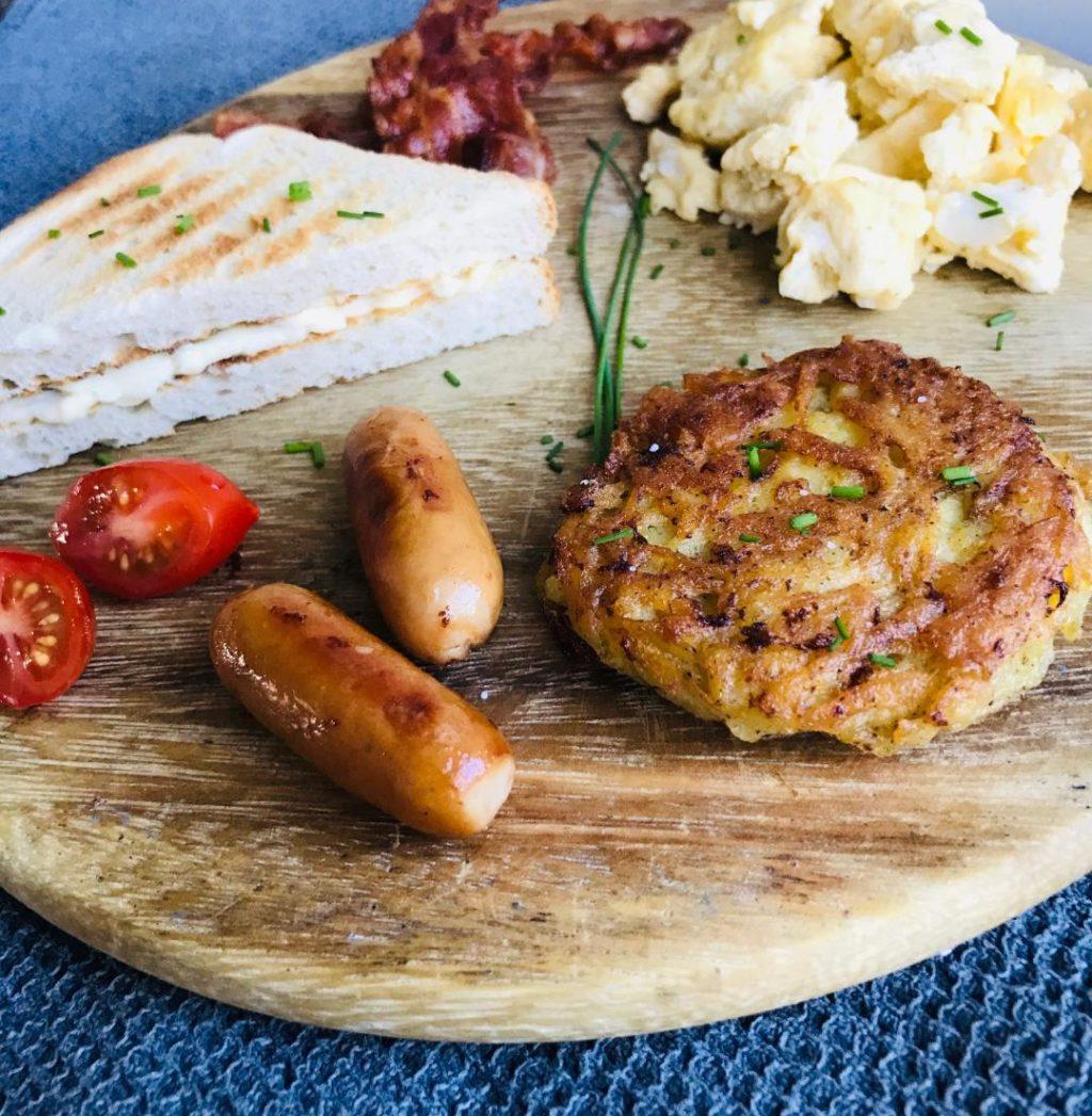 amerikansk morgenmad rösti scrambleegg bacon