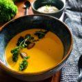 græskarsuppe med sennepsbagte grønkålschips og salte mandler