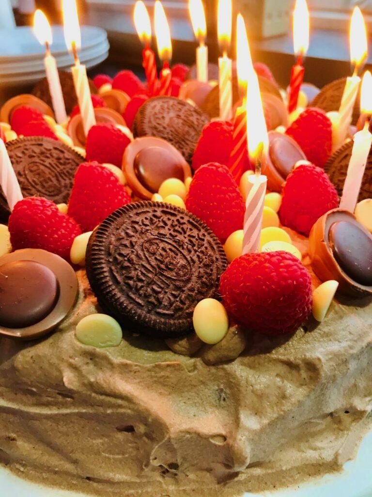 chokoladelagkage med hasselnødder og rutebilskum