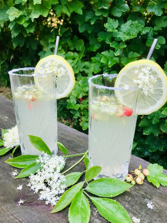 sommerdrink med hyldeblomst og gin